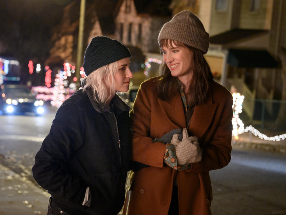 Kristen Stewart and Mackenzie Davis in Happiest Season