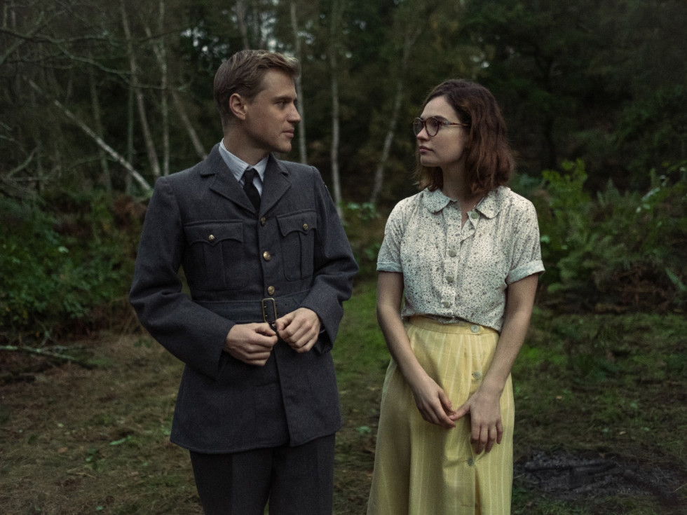 Johnny Flynn and Lily James in The Dig