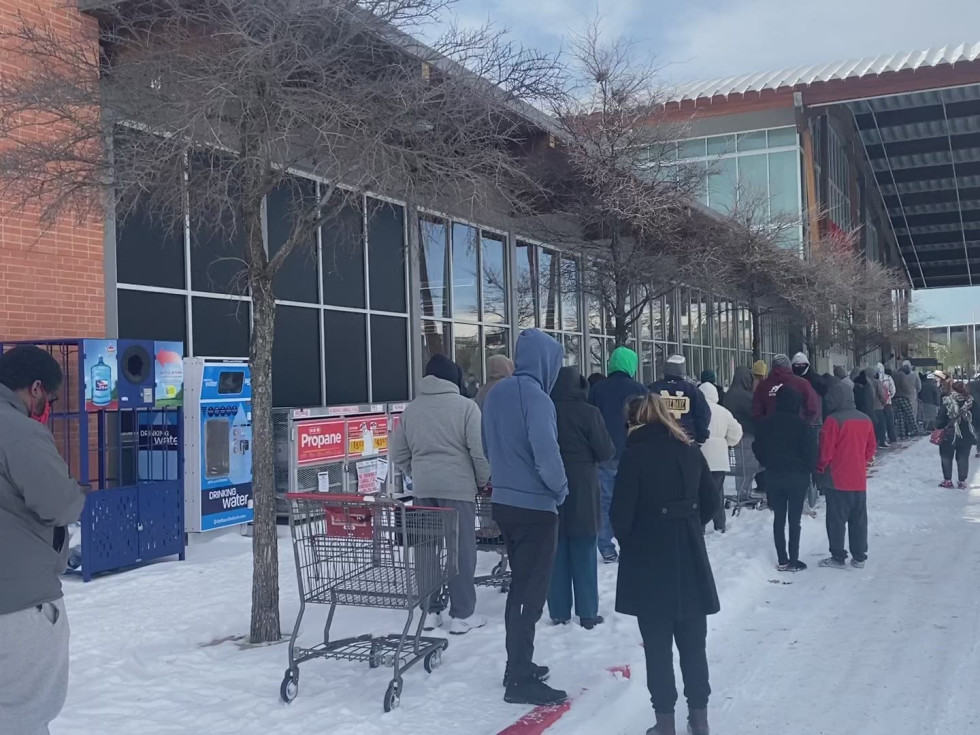 Line at HEB grocery store in Austin