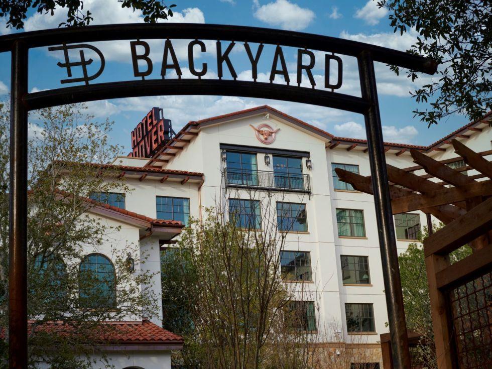 Hotel Drover backyard