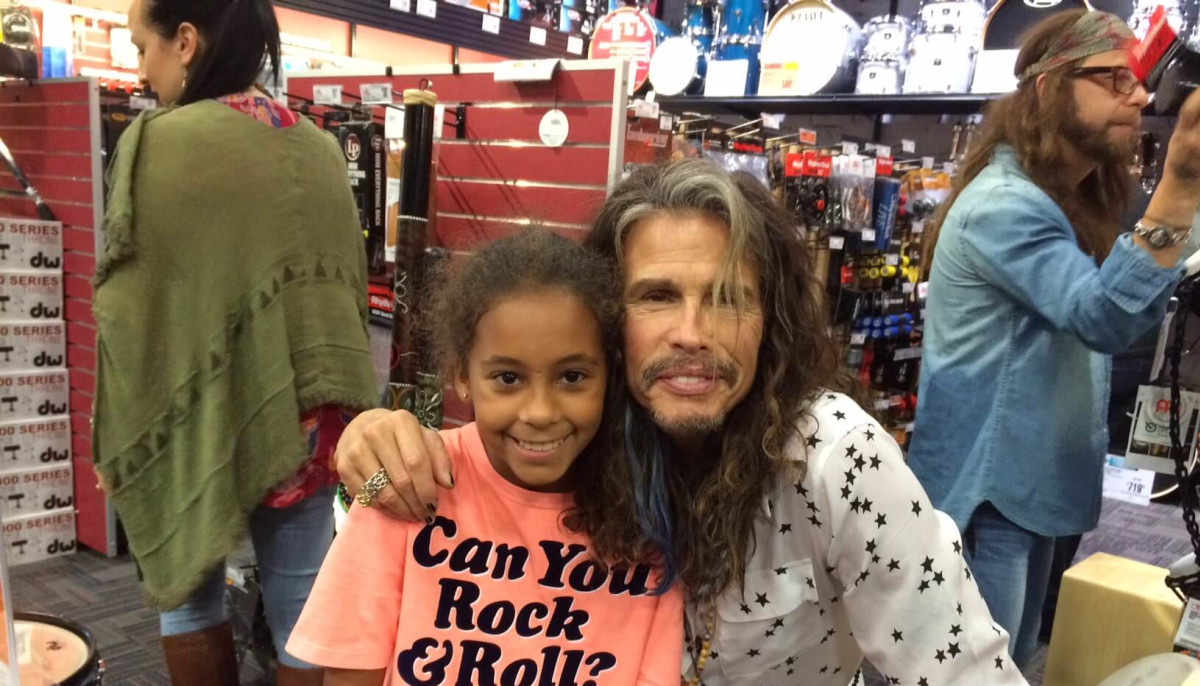 steven tyler wows 9 year old with a joint drum set at guitar center culturemap houston. Black Bedroom Furniture Sets. Home Design Ideas