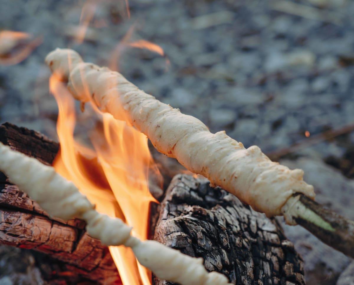 Sirove palčke pečene na ognju.