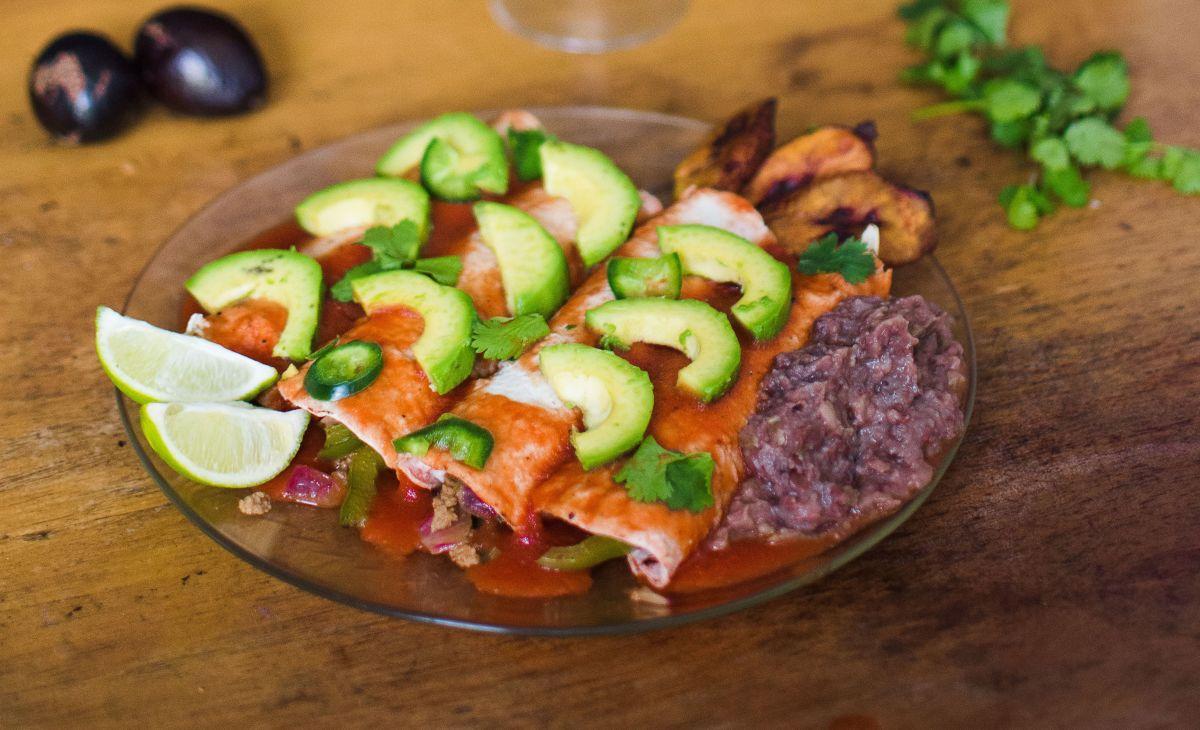 Mehiške zelenjavne enčilade s paradižnikovo omako.