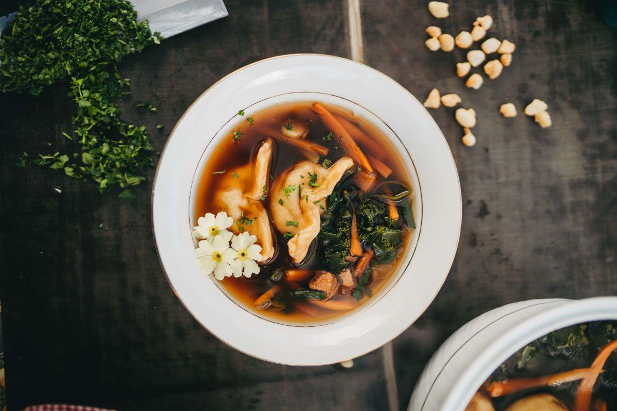 Domača zelenjavna juha z žlikrofi in tofujem.