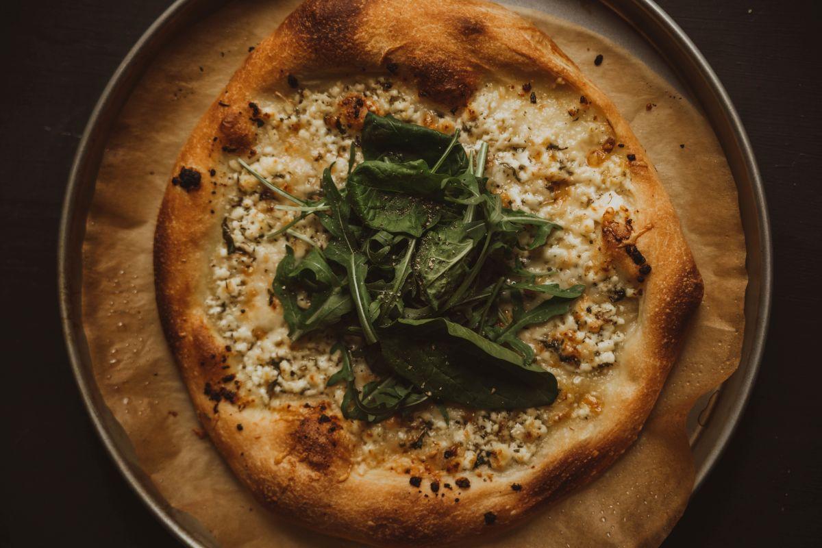 Sočna bela pizza.