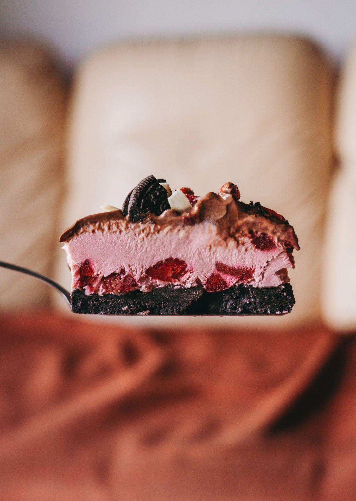Slastna veganska jagodno-oreo sladoledna torta.