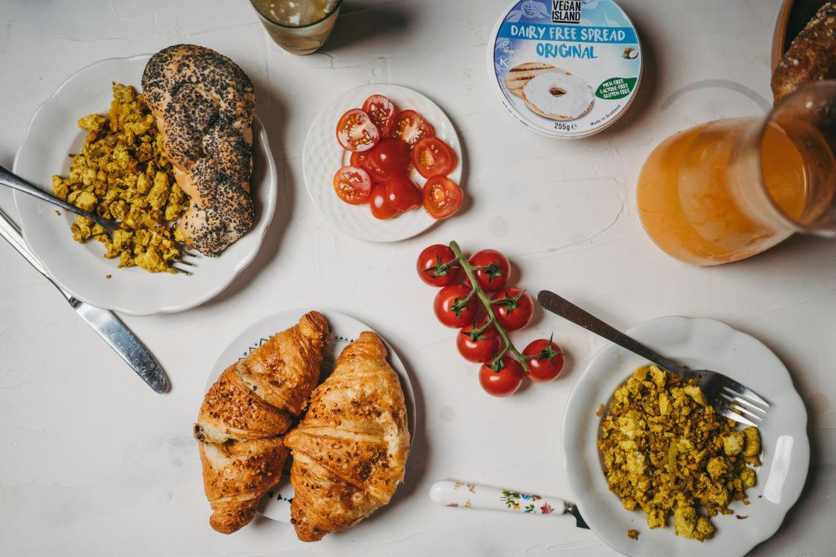 Kraljevski, vegeterijanski nedeljski zajtrk z vmešanim tofujem.