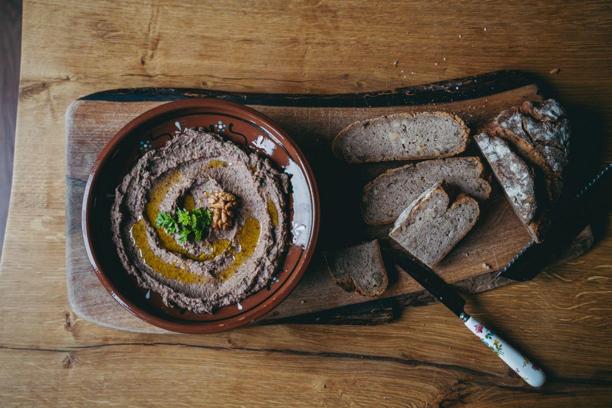 Slasten, doma pripravljen gobov namaz ob katerem se super prižele tudi domač kruh.