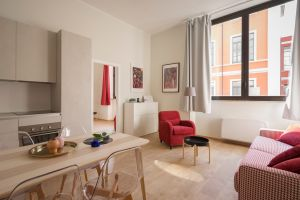 features of a profitable rental property: image of the interior of apartment with big windows and wood floors