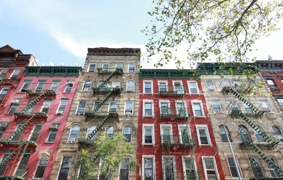 ny landlords avoid broker's fee imageL: upward angle photograph of new york city apartments