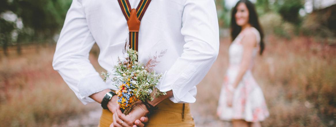 Was Frauen wollen: Aufmerksamkeit: Mann schenkt seiner Traumfrau Blumen