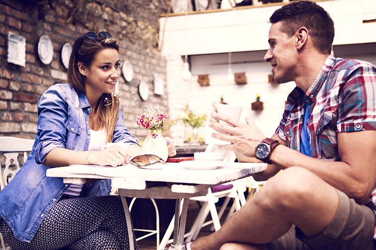 Mann und Frau unterhalten sich mit angeregter Körpersprache