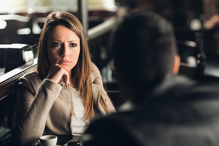 Frau sieht Mann skeptisch anhand aufgrund Körpersprache