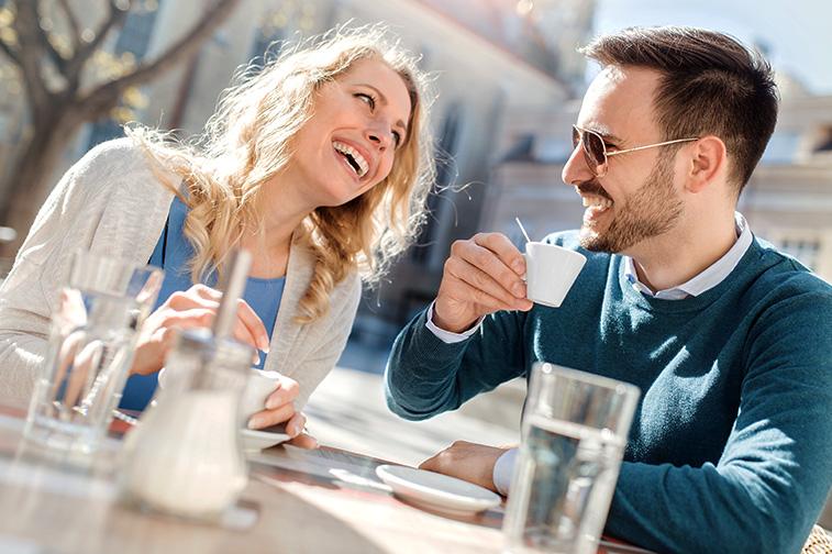 Mann und Frau unterhalten sich und lachen Herzhaft