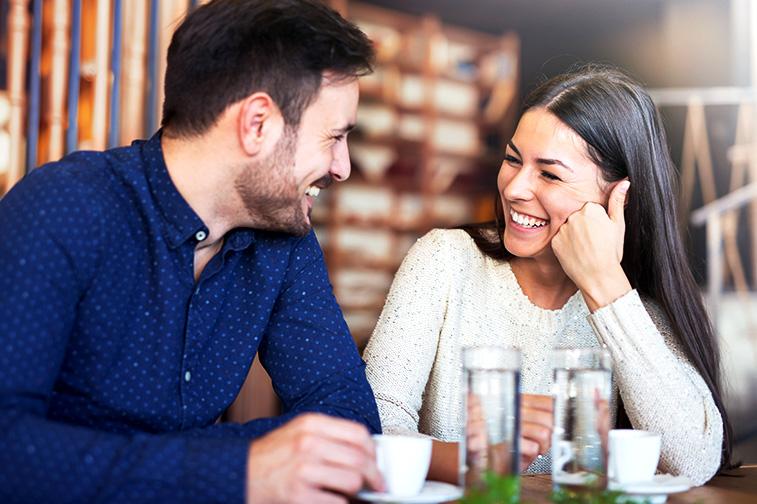 Frau lacht Mann an und sie unterhalten sich
