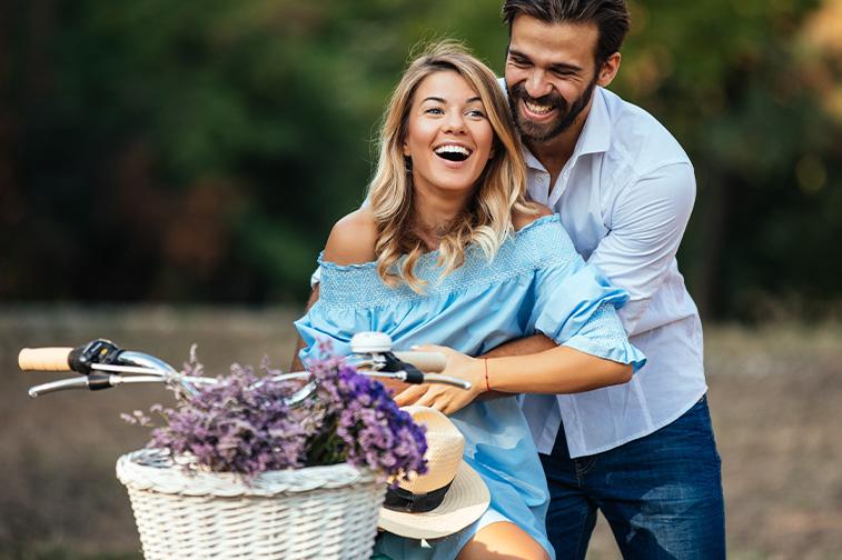 Mann und Frau fahren Fahrrad