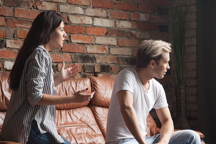 Frau diskutiert mit Mann und bricht den Kontakt ab