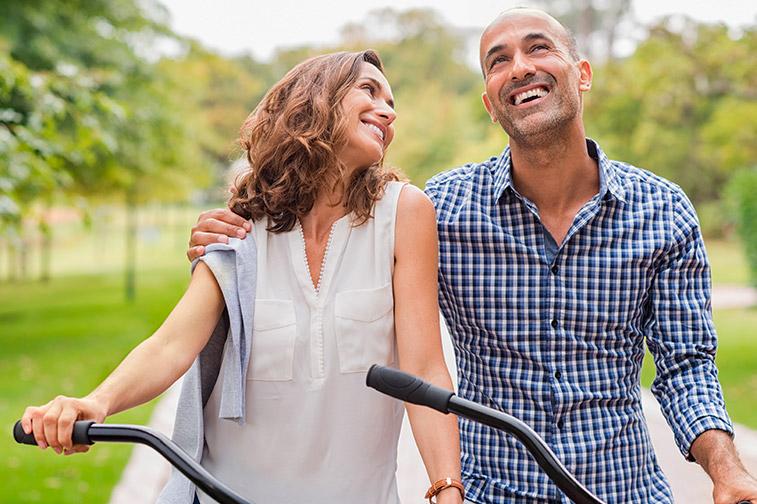 Glückliches Paar fährt Fahrrad und ist verliebt