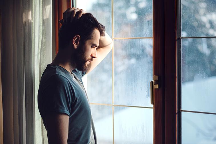 Er ist ans Fenster angelehnt und nachdenklich. Er hat einen Korb bekommen und weiß nicht wie er damit umgehen soll.
