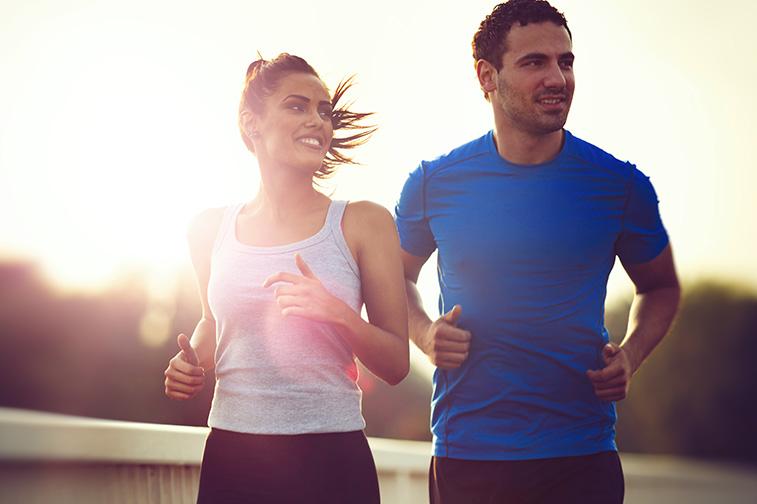 Mann und Frau gehen zusammen joggen und haben eine sportliche und gute gemeinsame Zeit