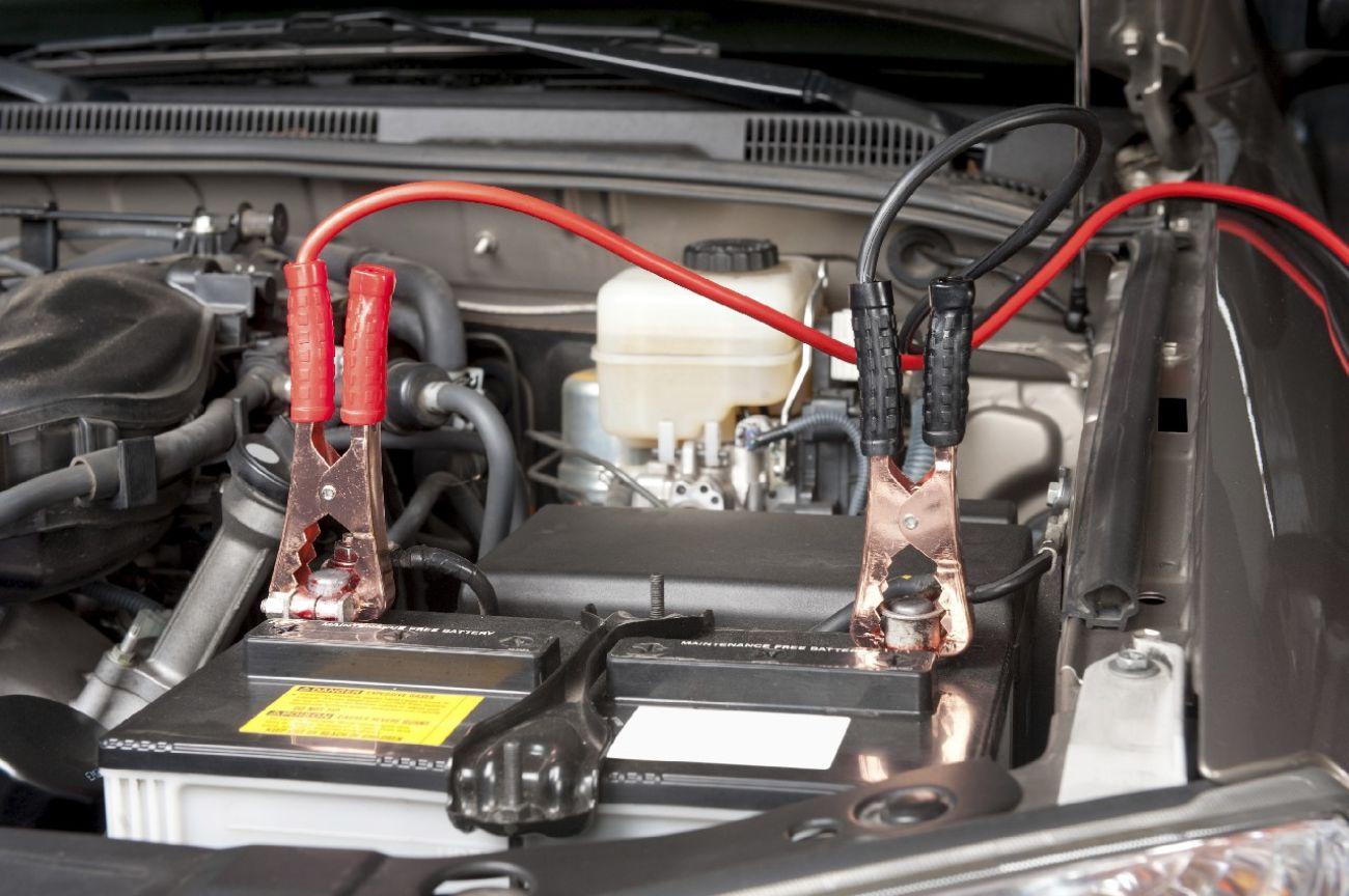 como arrancar un coche sin bateria