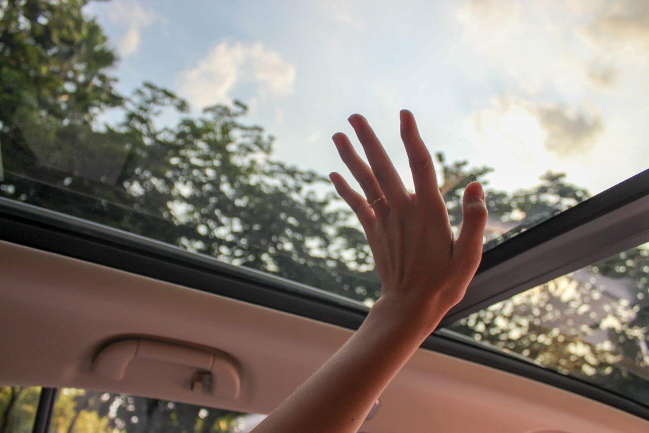 como limpiar un coche por dentro a mano