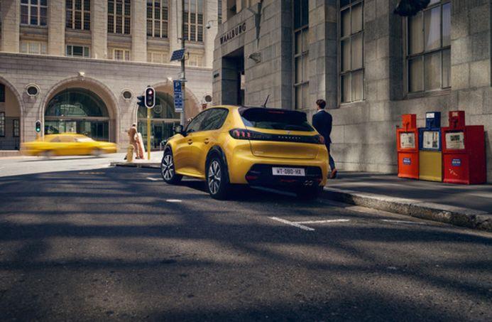 Opinión Peugeot 208 de renting, imagen en carretera