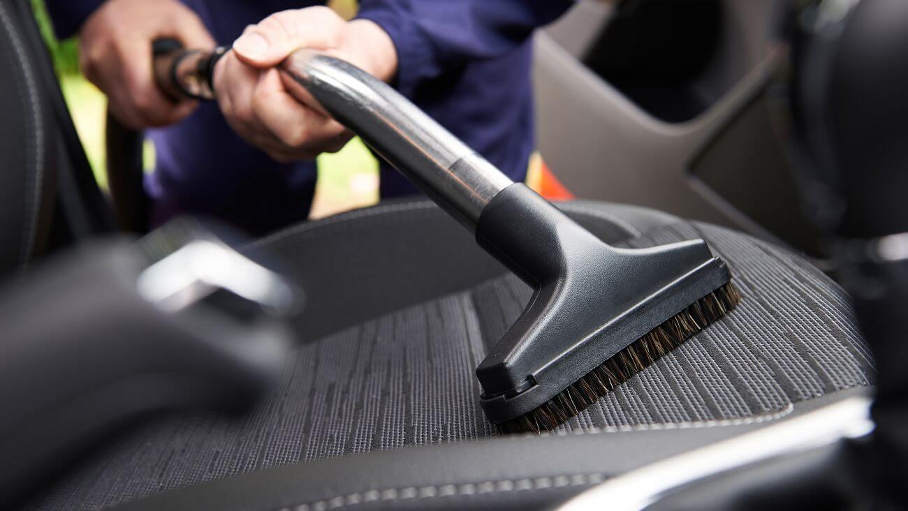 como limpiar un coche por dentro