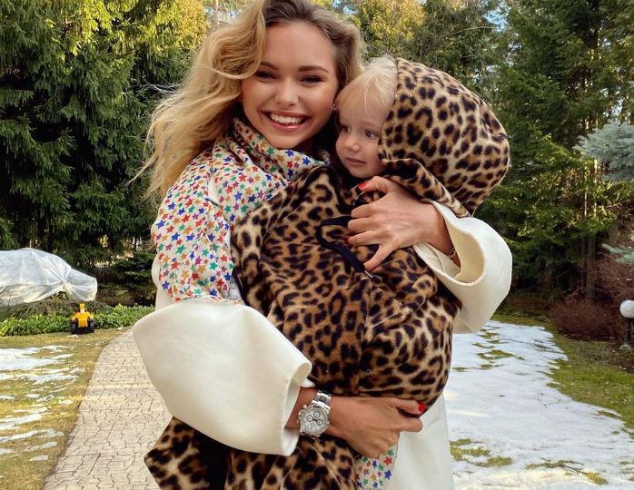 «Идеальная семья»: Стеша Маликова облачилась в одинаковые наряды с двухлетним братом