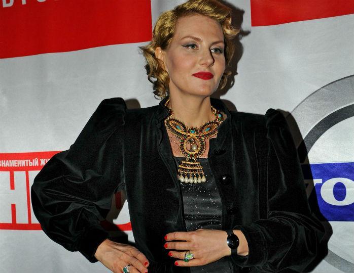 Литвинова поддержала тренд на утрированные рукава в платье цвета яркого лайма