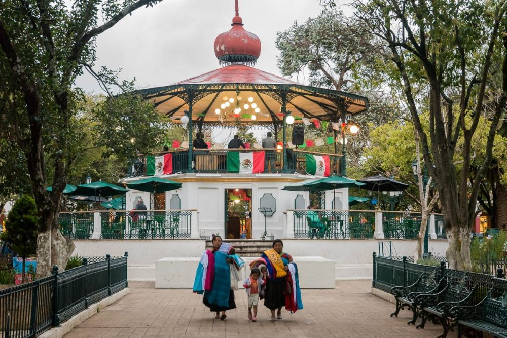 Indigenous women in the Plaza 31 de Marco in San Cristóbal de las Casas, Chiapas, Mexico