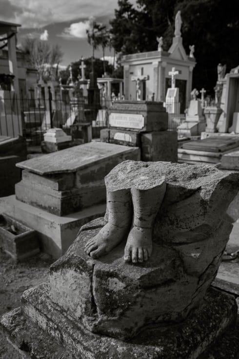 Broken statue with just feet remaining the Panteón de Mezquitán in Guadalajara, Jalisco.