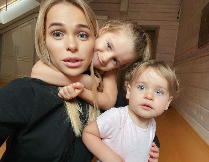 «Какие красотули»: Анна Хилькевич нарядила своих дочерей в одинаковые платья