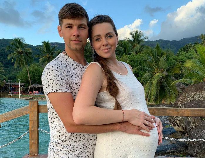 «Какая длинноволосая!»: муж Ольги Рапунцель поделился снимком новорожденной дочки