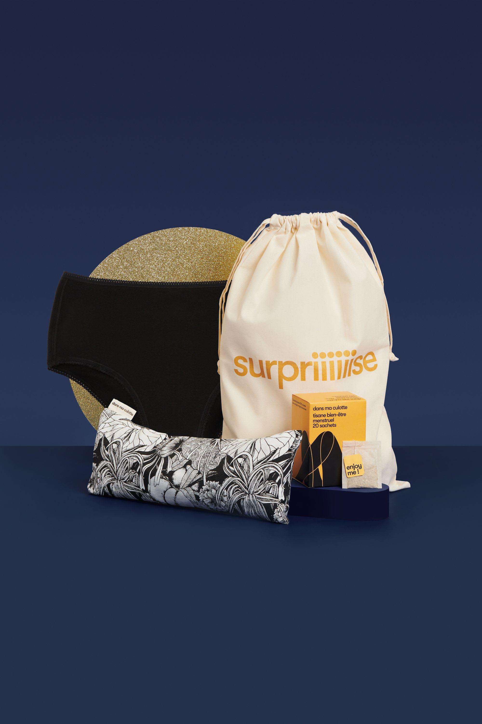 Coffret cadeaux avec une culotte de règles, une tisane et une bouillotte pour soulager les règles douloureuses.