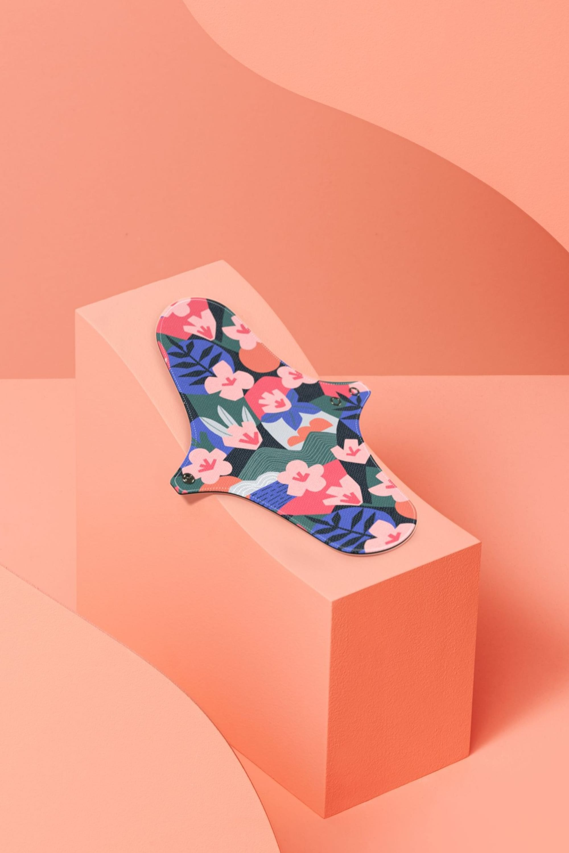 Serviette hygiénique lavable flux moyen motif fleuri du nom de la ville de Kyoto au Japon.