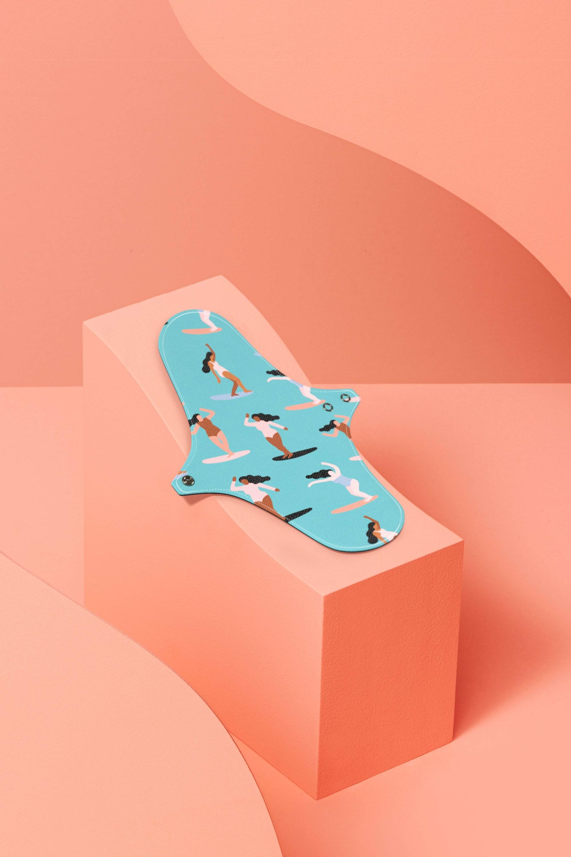 Serviette hygiénique lavable Dans Ma Culotte avec des petites surfeuses dessinées dessus