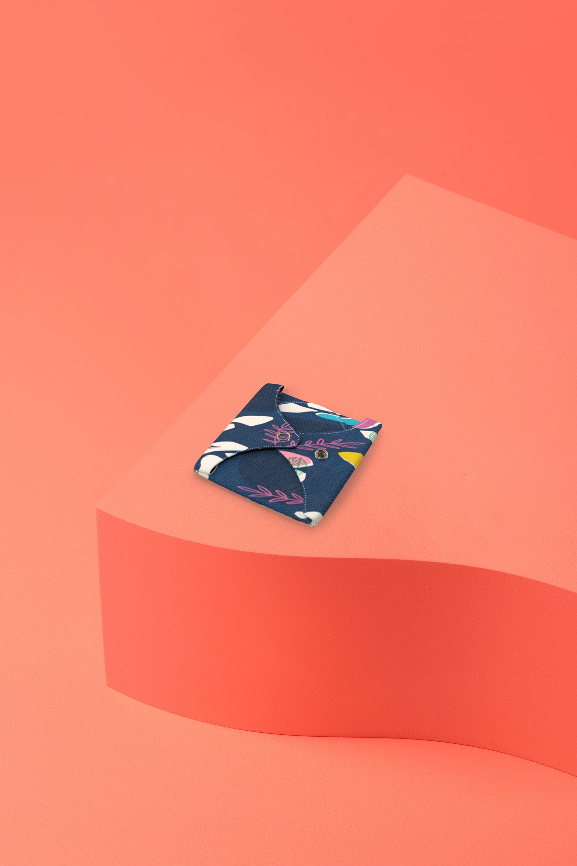 serviette hygiénique lavable en coton bio pour flux abondant - motif colibri - pliée