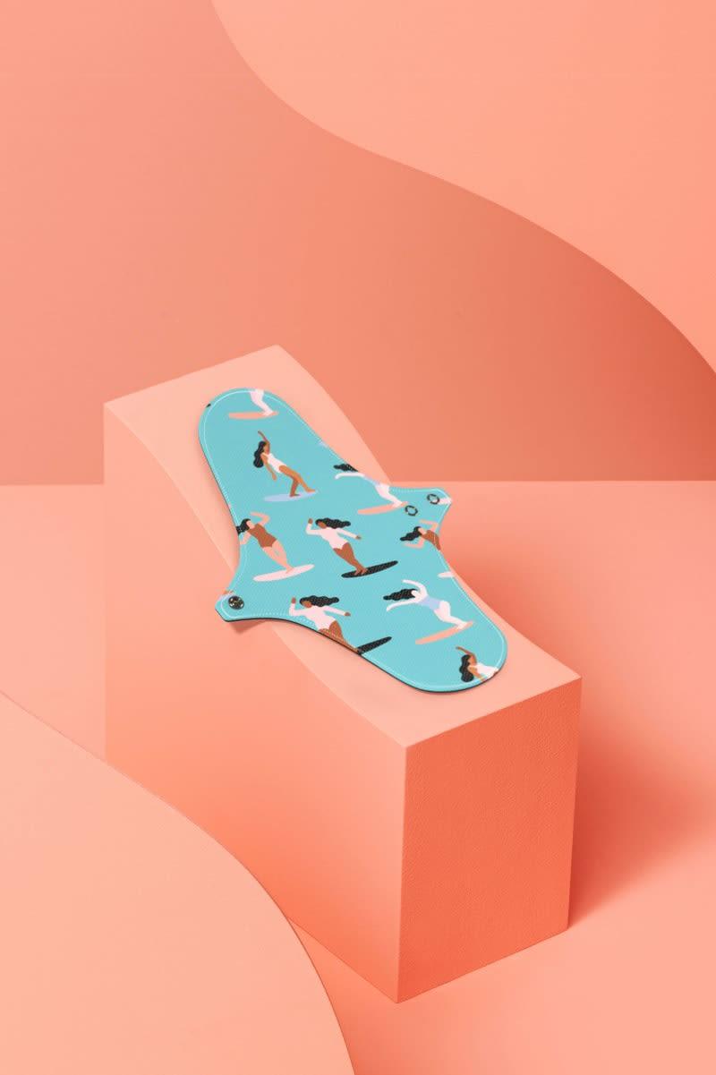 Serviette hygiénique réutilisation en coton bio bleue avec des surfeuses