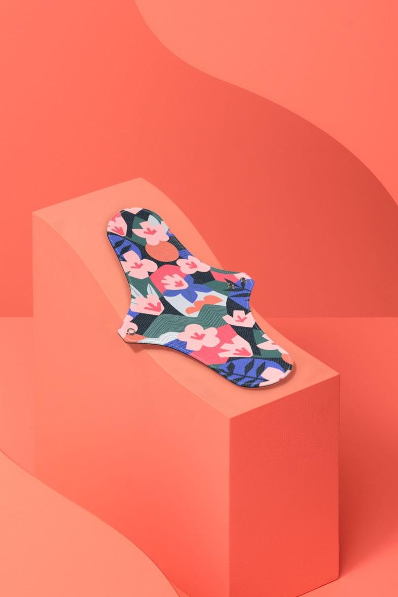 """Serviette hygiénique lavable pour les flux abondants motif """"Kyoto"""" : des fleurs de cerisier, des paysages vallonnés pour symboliser le Japon."""