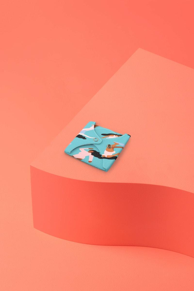 """Serviette hygiénique lavable bleue motif """"Sur la vague"""" pliée pour flux abondant"""