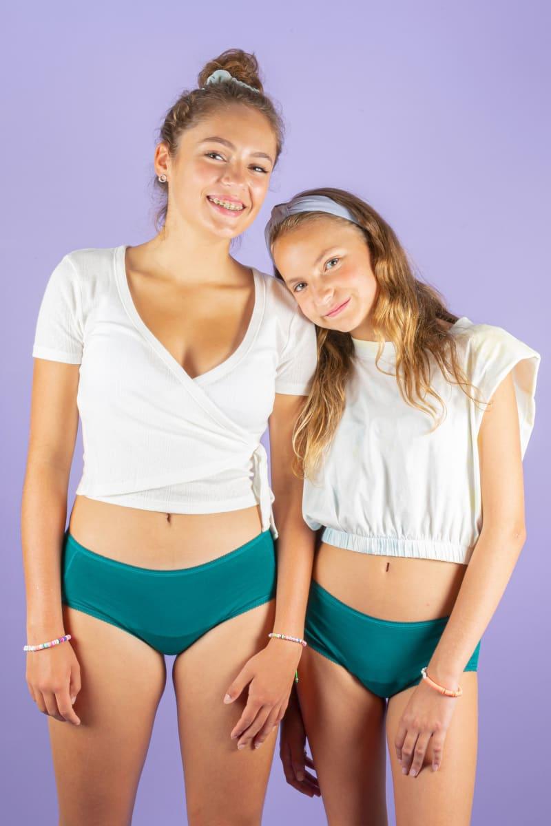 Adolescentes portant le shorty menstruel ado vert émeraude de la marque Dans Ma Culotte