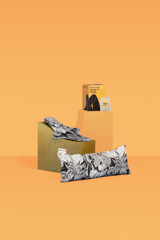 Coffret cadeau composé d'une serviette hygiénique lavable Dans Ma Culotte, une bouillotte et une tisane contre les douleurs de règles.