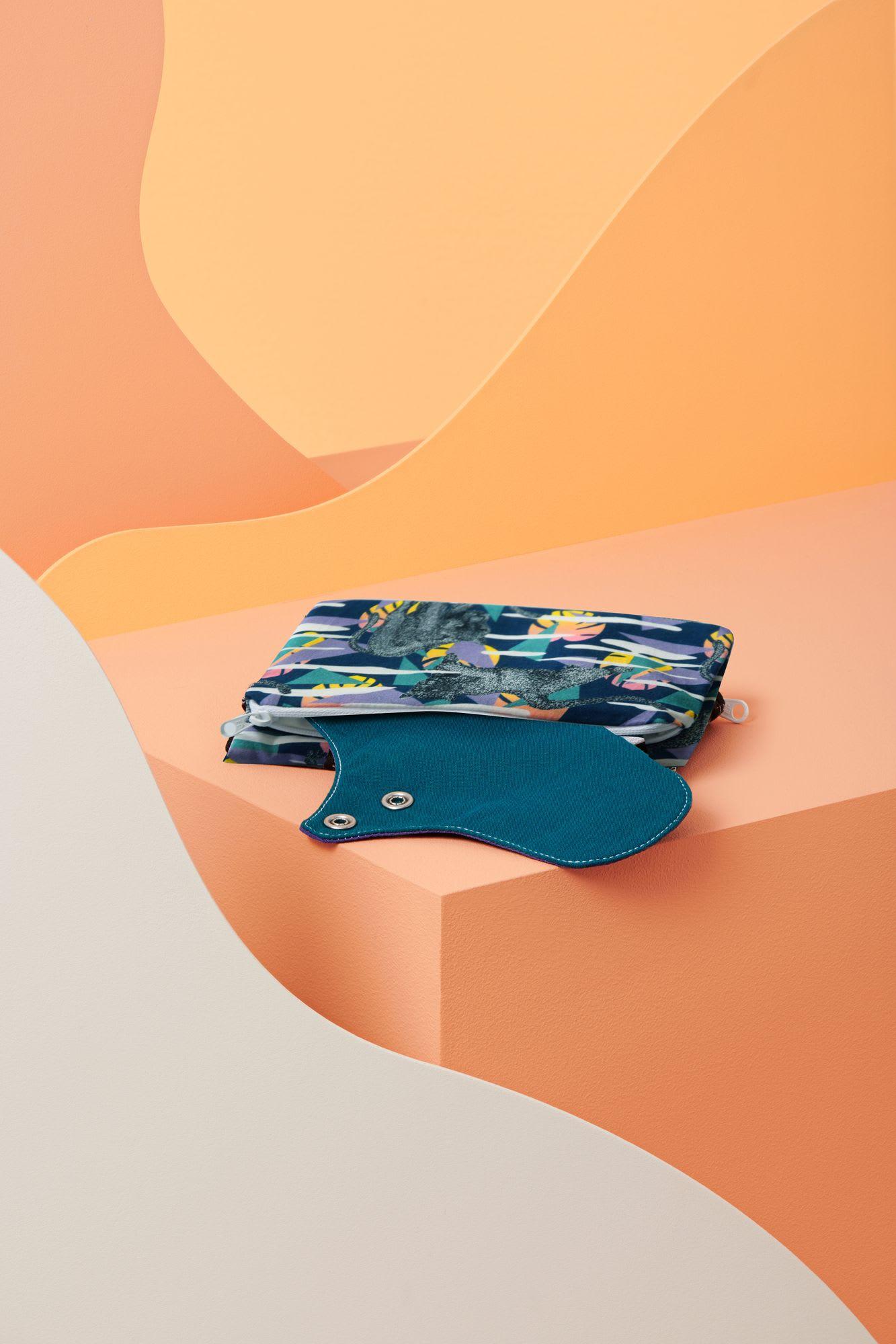 Pochette de transport de serviettes hygiéniques lavables avec double compartiment dont 1 imperméable pour pouvoir ranger ses protections périodiques utilisées sans risque de fuite