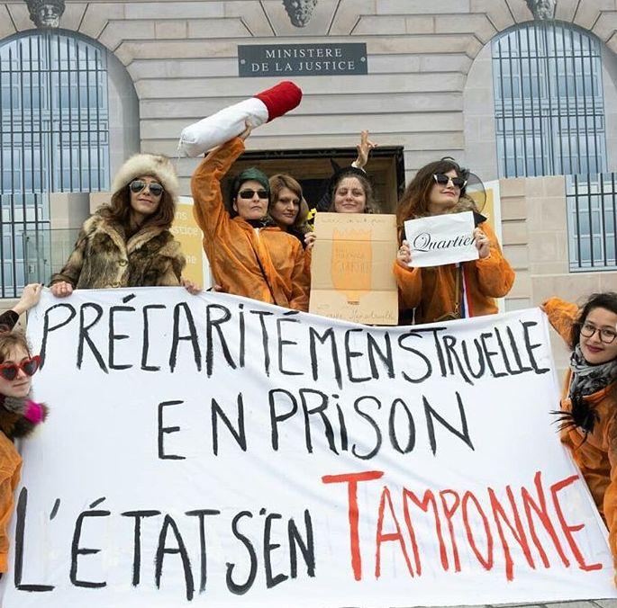 Les militantes de l'association Georgette Sand devant le Ministère de la Justine à Paris pour réclamer la gratuité des protections périodiques pour les détenues.