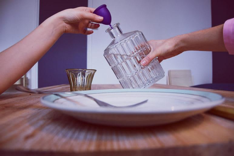 Une cup qui sert de bouchon pour une bouteille