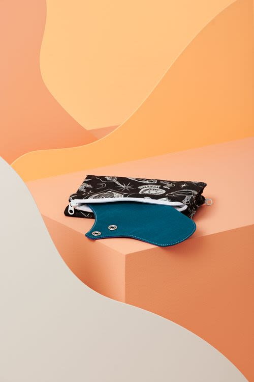 Une pochette de transport en coton bio pour ranger ses serviettes hygiéniques propres et utilisées dans 2 compartiments différents.