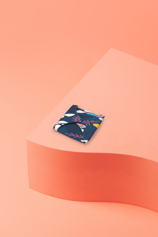 serviette hygiénique lavable en coton bio pour flux normal - motif colibri - pliée