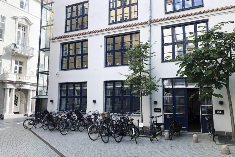 Kontor i Bredgade i hyggelig gård