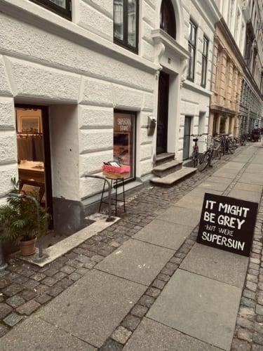 Ledig skrivebords plads i butik på Vesterbro (inkl plads i butikken til dine produkter)